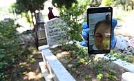 Annesini ölüm yıl dönümünde görüntülü aramayla andı