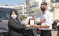 Antalya'da 24 ihtiyaç sahibine 500'er lira yardım yapan Alman vatandaşı plaketle ödüllendirildi