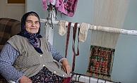 Evde kalan Dudu Teyze 12 yaşında öğrendiği işe yeniden başladı