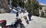 Motosikletleriyle karda mahsur kalan vatandaşlar kurtarıldı