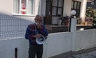 Muhtar Şeref Gürkan megafonla ekmek dağıtıyor