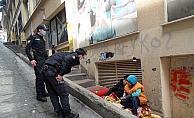 'Babam dilendiriyor' diyen çocuklara polis yardım etti