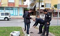 Süpürge hırsızı polisi karşında görünce ayakkabısını bile bırakıp kaçtı!