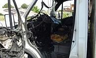 Antalya'da seyir halindeyken alev alan kamyonet yandı