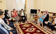 Başkan Yücel, sokağa çıkamayan Alanyalıları evinde ziyaret etti