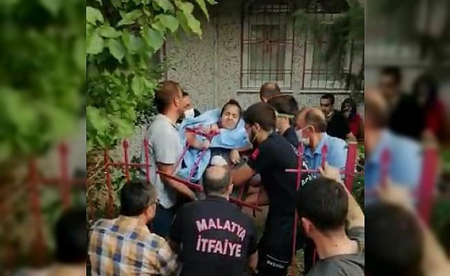 Karnına saplanan demirle hastaneye kaldırıldı