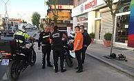 Tek teker üstünde kırmızı ışıkta geçen 20 yaş altı iki motorcu polisten kaçamadı