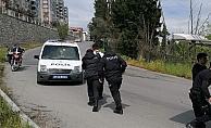 Yasağı ihlal edip gezintiye çıktı, 'dur' diyen polisi yumrukladı