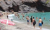 Alanya'da sıcak havayı fırsat bilenler soluğu plajlarda aldı