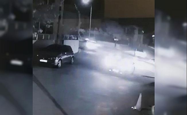 Spor otomobilin süratle motosiklete çarptığı feci kaza kamerada