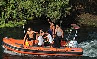 Bulunmayan kardeşleri için suya atlayıp, bot kaçırdılar