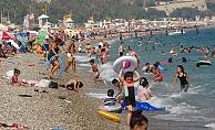 Sıcak hava uyarısını duyan sahile koştu