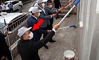 Öğrenciler için makam aracını satan belediye başkanı, şimdi de ilçedeki binaları boyuyor