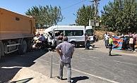 Yolcu minibüsü ile kamyon çarpıştı: 1 ölü, 19 yaralı