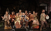 Alanya Belediye Tiyatrosu sezonu muhteşem oyunla açtı