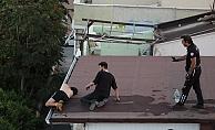 Dört katlı binanın çatısının ucunda sızıp kaldı, yürekleri ağızlara getirdi