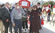Kalp krizi geçiren emekli emniyet müdürünün naaşını eşi ve oğlu taşıdı