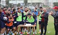 Alanyaspor'da Tzavellas'ın doğum günü kutlandı