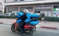 Motosikletlinin 8 kömür çuvalıyla tehlikeli yolcuğu