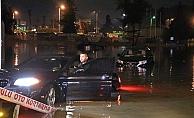 Antalya'da sağanakta araçlar mahsur kaldı, ekipler teyakkuza geçti