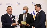 Bakan Çavuşoğlu'na 'İyilik Meleği' ödülü