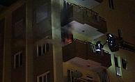 Balkonda yanan odun ve kömürler mahalleliyi sokağa döktü