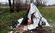 """Israrla çadırda kalmak istedi, belediye ikna etti, """"Benim evim Paris'te"""" dedi"""