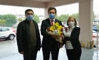 Müdür Yılmaz çiçeklerle karşılandı