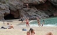 Alanya'da kısıtlamadan muaf turistler plajları doldurdu