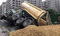 Beylikdüzü'nde yol çalışması sırasında çökme meydana geldi, kamyon yan yattı