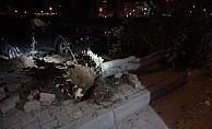 Boş sokakta trafiğe kapalı alana daldı , 3 ağacı devirdi anca durabildi