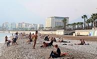 Dünyaca ünlü sahilde turistlerin yaz aylarını aratmayan yoğunluğu