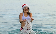 Türkiye aşığı Rus turistin deniz keyfi, diğer turistleri bile kıskandırdı