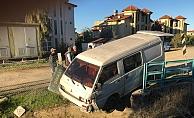 Şoförün gözüne güneş geldi, işçileri taşıyan minibüs kanala uçtu