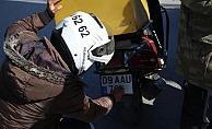 Trafik timleri kuryelerin kirlenen plakalarını mendille temizletti