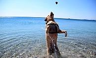 Kısıtlamanın keyfini sahilde Çiko çıkardı