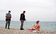 Polisten sahildeki turistlere sıkı denetim
