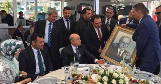 Türkdoğan, Bahçeli'ye  tablo hediye etti