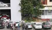Devrilen ağaç park halindeki otomobilin üzerine düştü