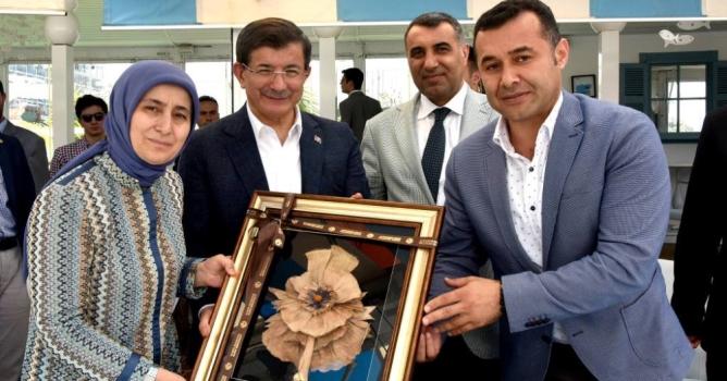 Yücel, Davutoğlu'na muz  lifi tablosu hediye etti