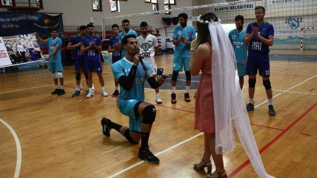 Alanya'da voleybol maçında evlilik teklifi!