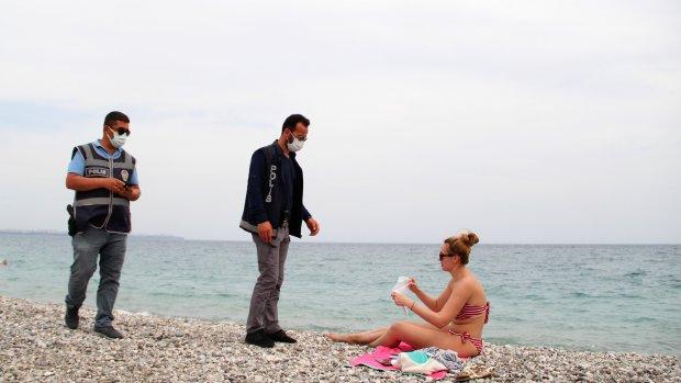 Polisten sahildeki turistlere de sıkı denetim