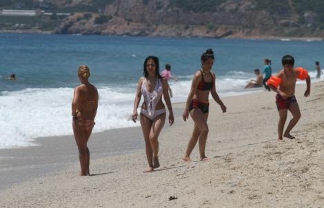 Alanya'da sosyal mesafeli maskesiz deniz keyfi